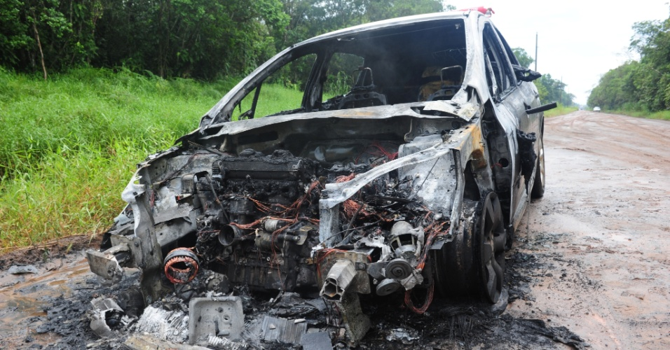 15.fev.2013 - Criminosos ateiam fogo no carro do aposentado Sebastião Máximo Dimas, 62, em Içara (SC). O idoso foi vítima do 100º atentado em Santa Catarina