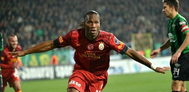 Didier Drogba faz aviãozinho para comemorar seu primeiro gol pelo Galatasaray