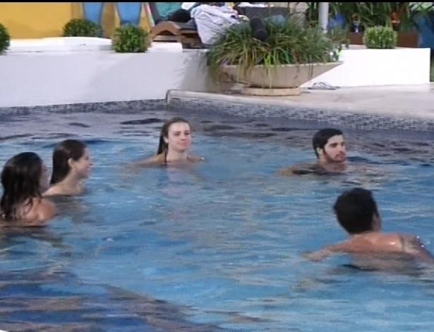 15.fev.2013 - Em madrugada quente, brothers curtem a piscina da casa