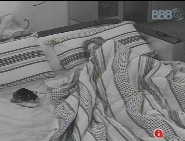 15.fev.2013 - Em sua primeira noite como líder, Anamara dorme sozinha na cama de seus aposentos reais