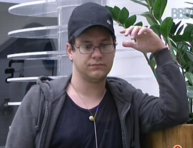 15.fev.2013 - Ivan acorda após toque de despertar e aguarda a movimentação no banheiro