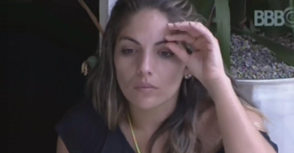 15.fev.2013 - Líder da casa, Anamarra se isola na varanda da casa