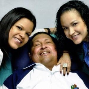 Em sua última foto, Chávez sorri ao lado de suas filhas María Gabriela e Rosa Virginia, em fevereiro