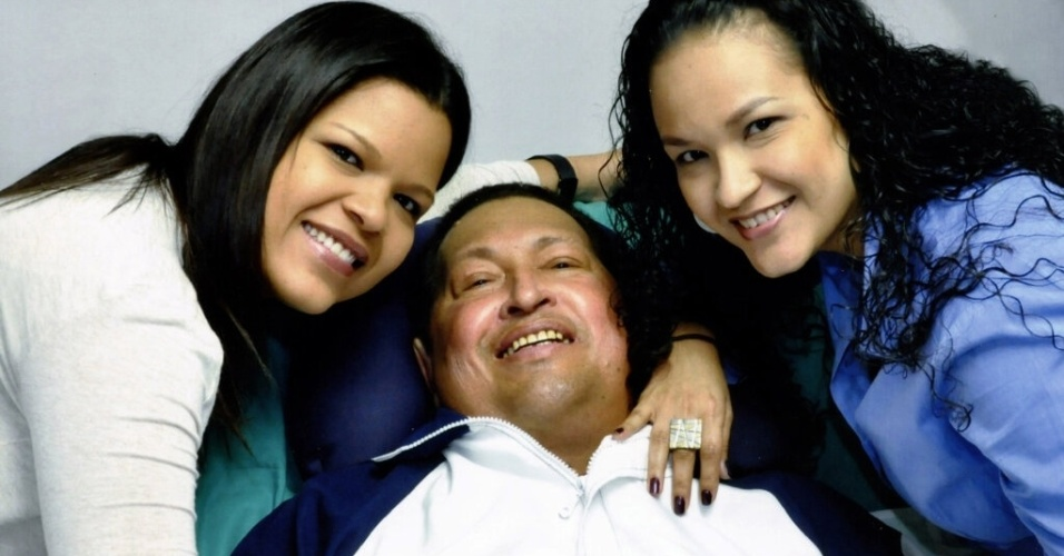 15.fev.2013 - O ministro das Comunicações da Venezuela, Ernesto Villegas, publicou uma imagem do presidente venezuelano, Hugo Chávez, lendo um jornal ao lado de suas duas filhas em Havana (Cuba). Segundo Villegas, a foto foi tirada na quinta-feira (14)