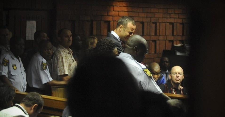 15.fev.2013 - Oscar Pistorius chora diante do juiz durante audiência em Tribunal da África do Sul