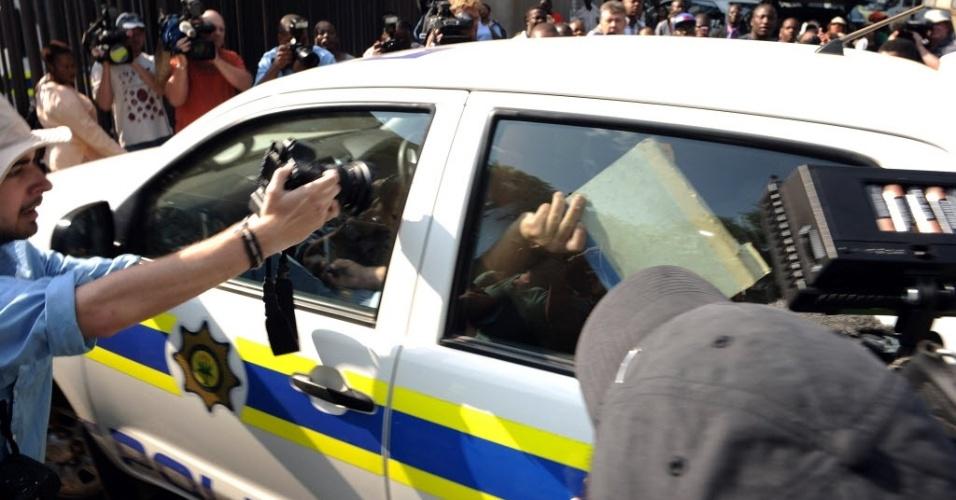 15.fev.2013 - Oscar Pistorius deixa o tribunal em Pretória em viatura da polícia após audiência