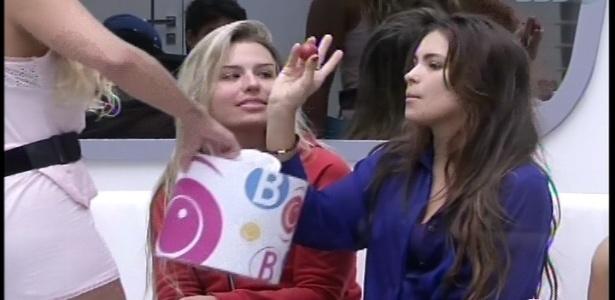 15.fev.2013 - Kamilla sorteou a bola vermelha e seguiu para a disputa da prova do anjo
