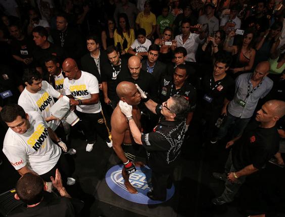 Anderson Silva ao lado de integrantes de seu córner antes de luta no UFC
