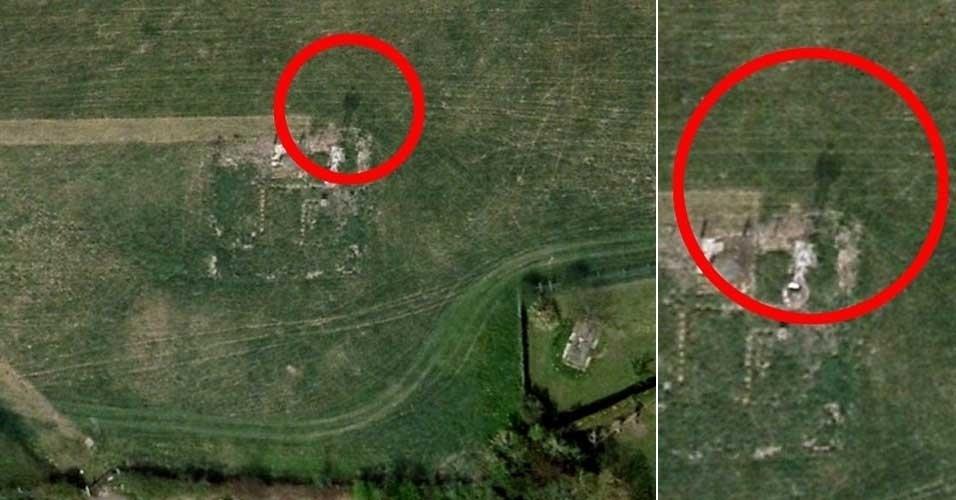 Aqui, não se trata de um flagra no Street View, mas na ferramenta Google Earth (que exibe imagens aéreas). A britânica Fiona Powell, 38, encontrou nesse serviço a imagem acima, com um vulto que parece um fantasma. Ele foi identificado na região de South Gloucestershire, onde uma vila foi demolida nos anos 40 para dar lugar a um aeródromo. ''Li recentemente sobre a vila de Charlton e sabia que lá havia um pub, um poço e algumas casas [...]. Vi o que pareciam ser ruínas de duas casas. De repente, ao lado direito, percebi a imagem escura de um homem de chapéu'', relatou ao site ''Daily Mail''. ''Não sei o que pensar. É definitivamente uma sombra e parece ser um homem'', afirmou