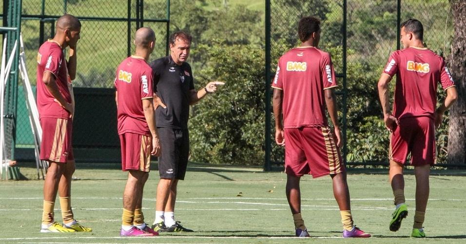 Cuca orienta jogadores durante treino do Atlético-MG na Cidade do Galo (15/2/2013)