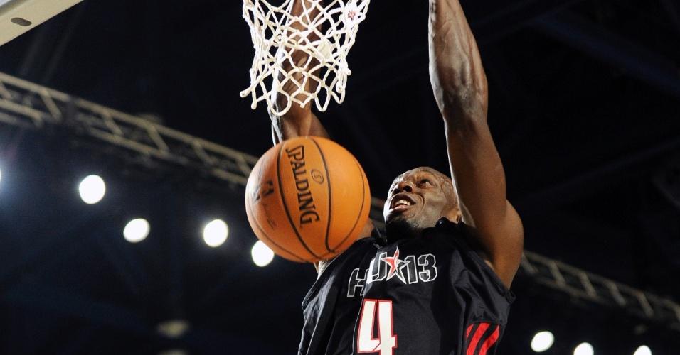 15.fev.2013 - Usain Bolt usa toda a sua altura e mostra talento no basquete com enterrada; lance foi no jogo de celebridades, uma das tradições no All-Star Game da NBA