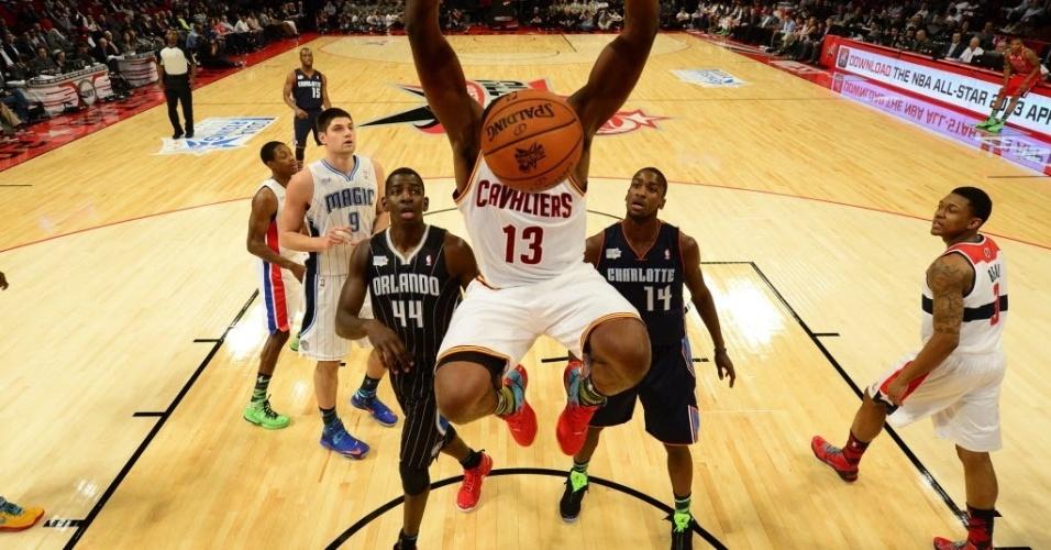 15.fev.2013 - Bola cobre a cabeça de Tristan Thompson, em imagem curiosa após enterrada do jogados dos Cavaliers durante o Rising Stars Challenge, partida dos novatos da NBA