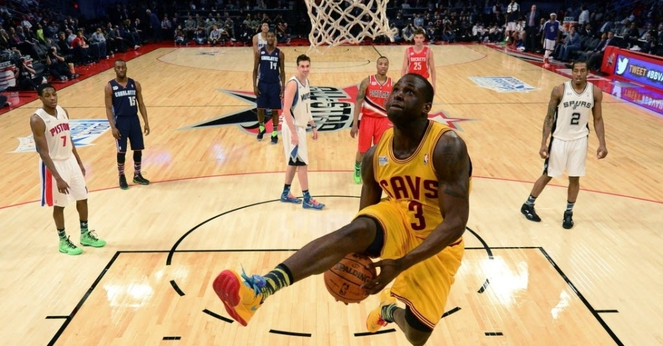 15.fev.2013 - Dion Waiters, dos Cavs, voa para enterrar a bola depois de passá-la por baixo das pernas durante o Rising Stars Challenge do NBA All-Star Weekend