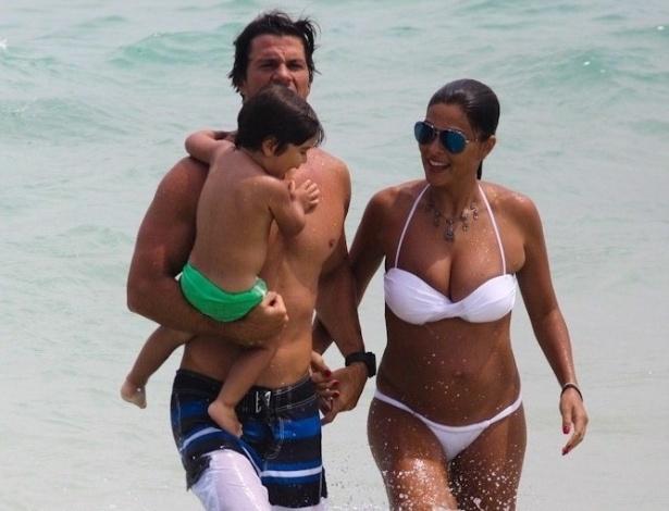 15.fev.2013 - Grávida de quatro meses, Juliana Paes curte praia com o marido, o empresário Carlos Eduardo Baptista e o filho Pedro na Barra da Tijuca, zona oeste do Rio