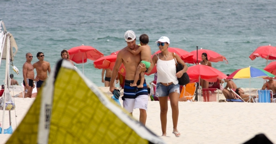 15.fev.2013 - Juliana Paes curte praia com a famlia na Barra da Tijuca, Rio