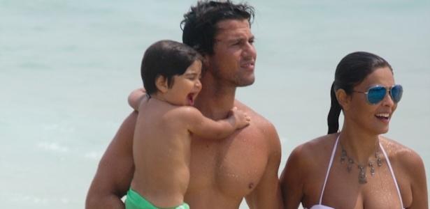 15.fev.2013 - Juliana Paes curte praia com a família na Barra da Tijuca, Rio