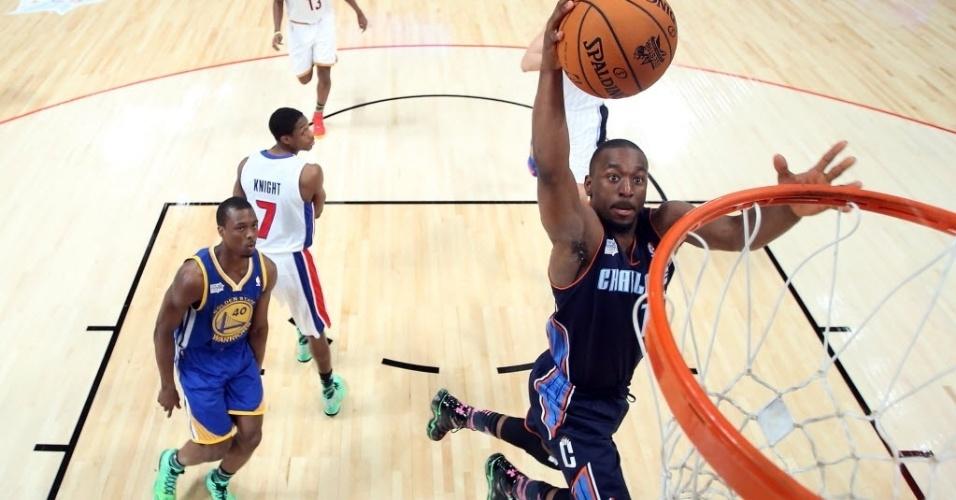 15.fev.2013 - Kemba Walker, que disputou o jogo dos novatos da NBA pela equipe de Shaqulle O'Neal, voa para enterrar durante a partida