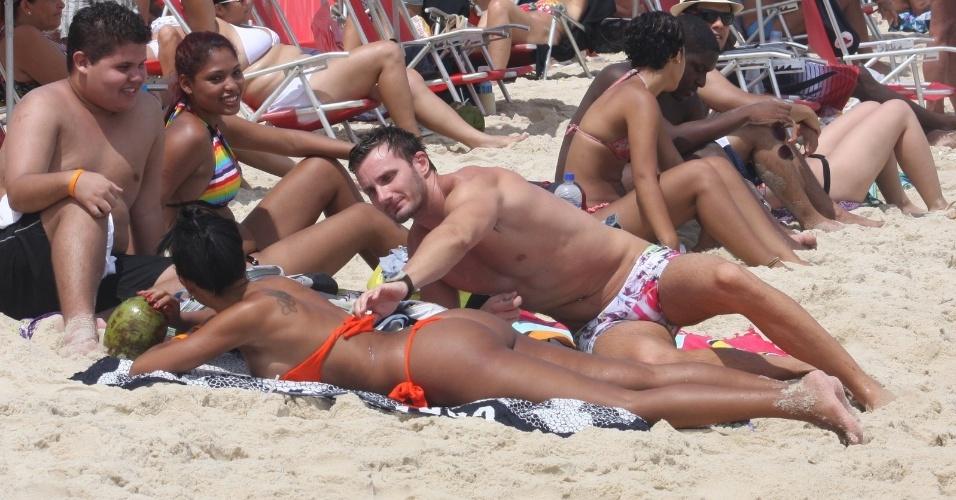 Fev A E Bbb Ariadna Faz Topless O Namorado Em Praia Do