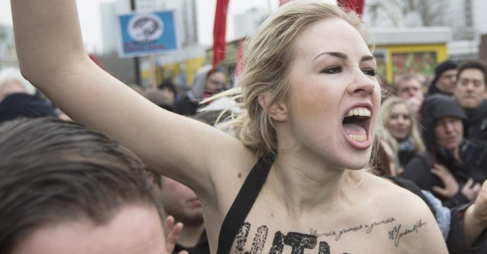 16.fev.2013 - Ativistas do grupo feminista Femen protestam neste sábado (16) contra comício do Partido Democrático Nacional (NPD), de extrema direita, nas ruas de Berlim (Alemanha)