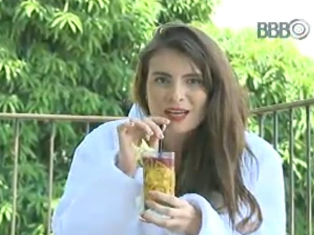 16.fev.2013 - Kamilla bebe drink na varanda de hotel e fala para a câmera que voltará