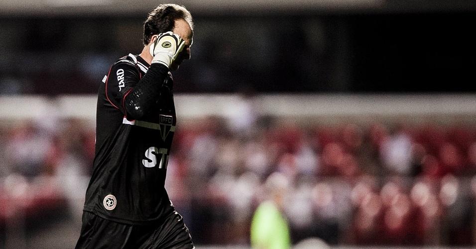 16.fev.2013 - Rogério Ceni, goleiro do São Paulo, deixa o gramado no fim do primeiro tempo da partida contra o Ituano, pela 8ª rodada do Paulistão; ele falhou no gol da equipe do interior