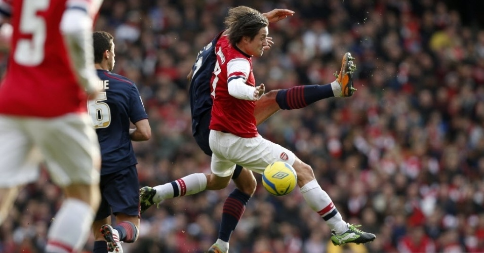 16.fev.2013 - Tomas Rosicky, do Arsenal, disputa a bola com Lee Williamson, do Blackburn, durante partida da Copa da Inglaterra