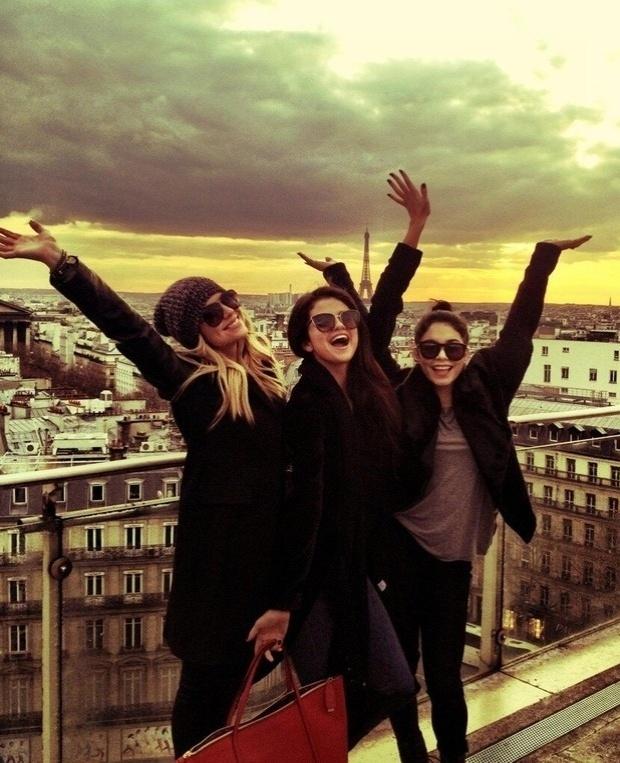 16.fev.2013 - Vanessa Hudgens, Selena Gomez e Ashley Benson (da esq para dir) tiram foto em Paris