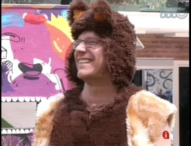 16.fev.2013 - Vestidos de ursinhos, Fernanda e Ivan cumprem o castigo do anjo/monstro no jardim da casa