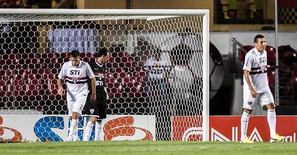 16.fev.2013 - Rogério Ceni lamenta após levar gol de Kleiton Domingues no Morumbi
