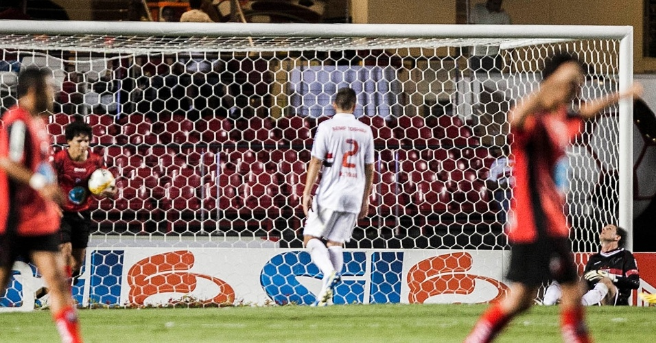 16.fev.2013 - Rogério Ceni lamenta e jogadores do Ituano comemora gol de empate marcado por Kleiton Domingues no Morumbi