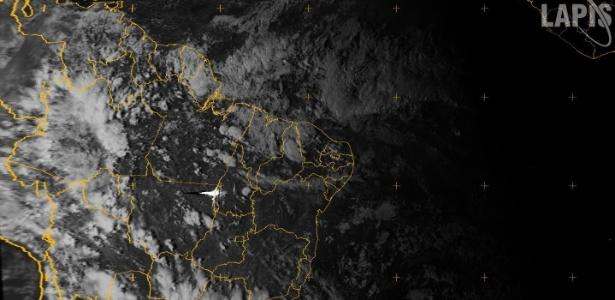Imagem de satélite de quinta-feira (14) mostra ponto iluminado entre Estados do Mato Grosso e Tocantins que seria o meteoro que atingiu a Rússia
