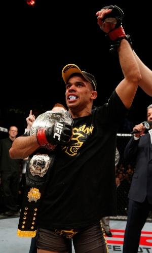 16.fev.2013 - Renan Barão comemora vitória sobre McDonald com o cinturão que manteve