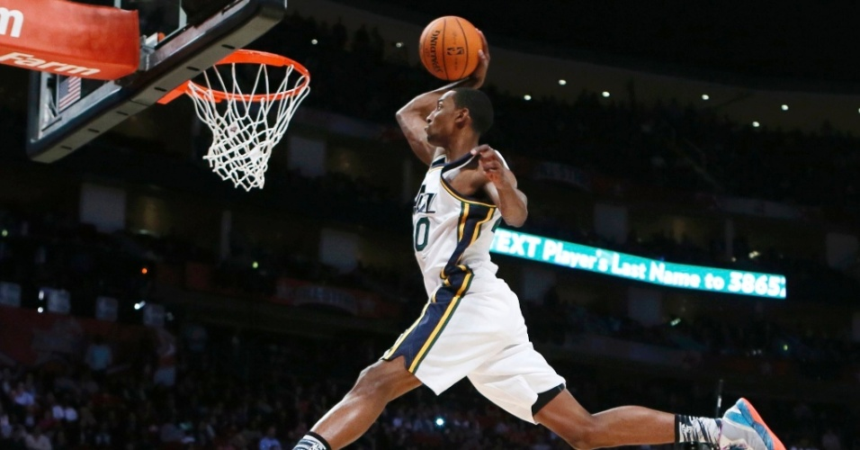 16.fev.2013 - Campeão no ano anterior, Jeremy Evans salta um torcedor durante a disputa do concurso de enterradas da NBA