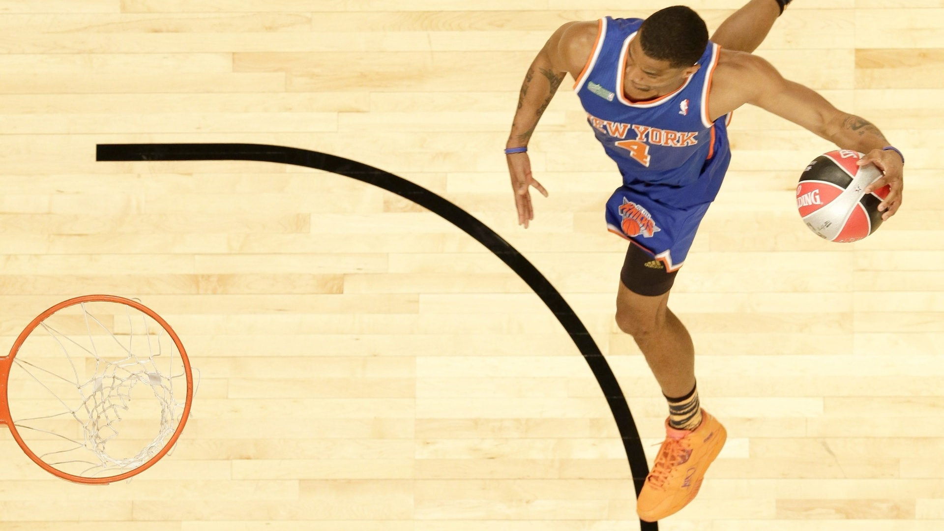 16.fev.2013 - James White, do New York Knicks, se apresenta no concurso de enterradas da NBA