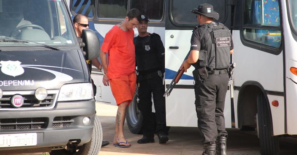 16.fev.2013 - O Presídio Federal de Mossoró (a 278 km de Natal) recebeu 37 líderes da facção criminosa PGC (Primeiro Grupo Catarinense) numa operação realizada pela Força Nacional de Segurança para conter atos de violência em cidades de Santa Catarina. O desembarque dos presos ocorreu no aeroporto Dix Sept Rosado