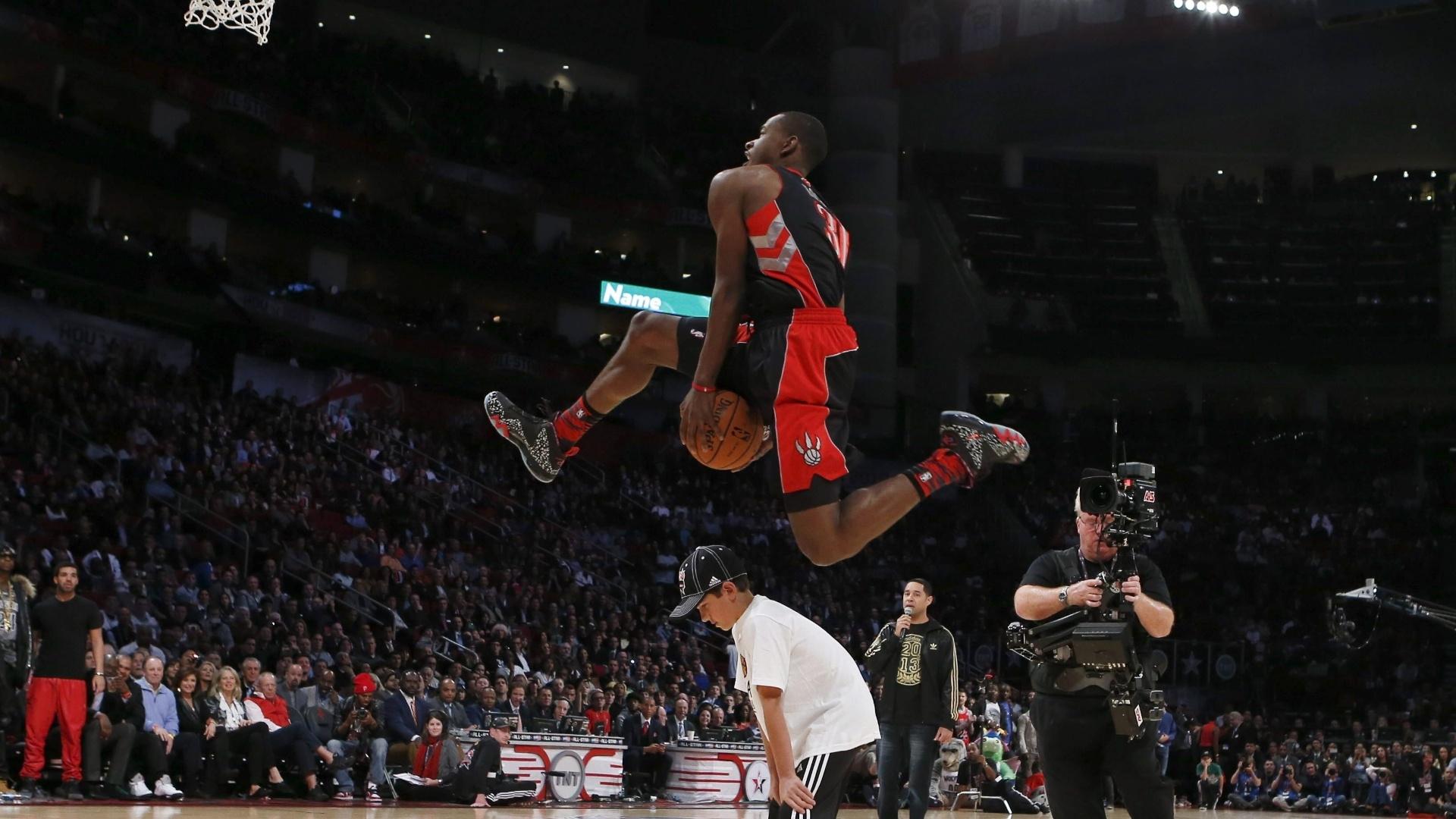 16.fev.2013 - Terrence Ross salta uma criança no concurso de enterradas da NBA; jogador do Toronto Raptors ficou com o título