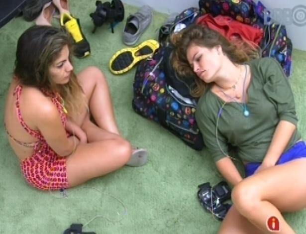 17.fev.2013 - Anamara e Natália sentam no chão da sala nesta manhã após toque de despertar