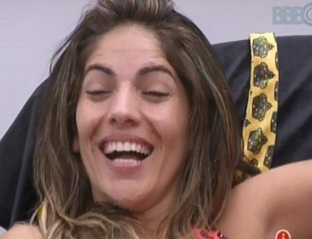 17.fev.2013 - Anamara ri ao falar com Eliéser e André sobre sexo no quarto do líder