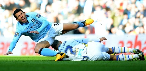 17.fev.2013 - Carlos Tevez (esq.), do Manchester City, disputa a bola com Lee Peltier, do Leeds United, em partida da Copa da Inglaterra