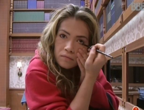 17.fev.2013 - Fani se maquia enquanto aguarda a prova da comida na casa do