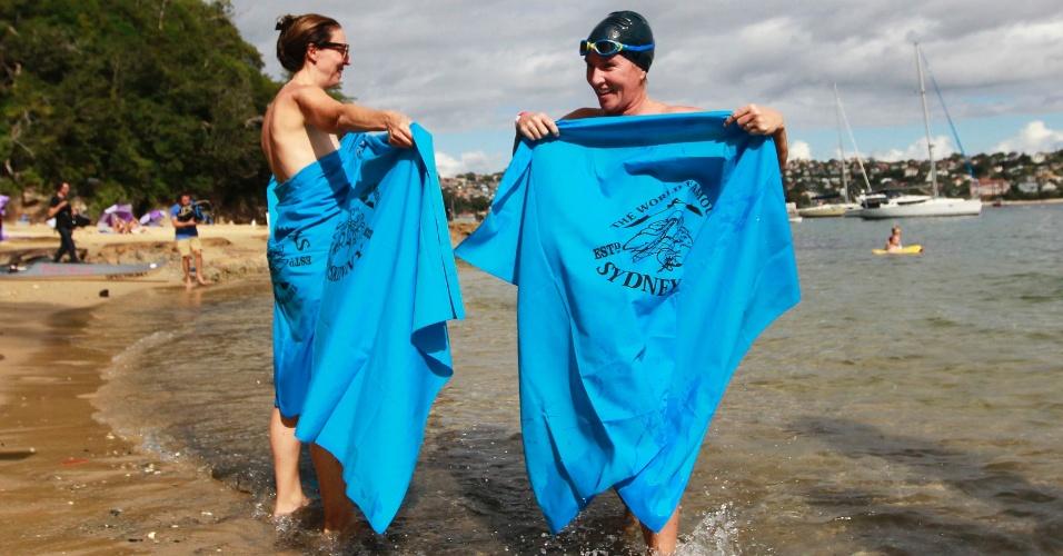 Fev Homens E Mulheres Entram Nus No Mar Para Nadar Em