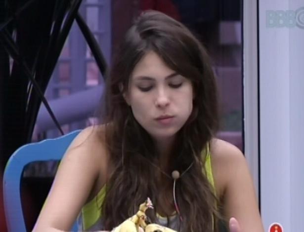 17.fev.2013 - Kamilla toma café da manhã na cozinha da casa grande nesta manhã