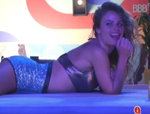 17.fev.2013 - Natália sensualiza para Fani