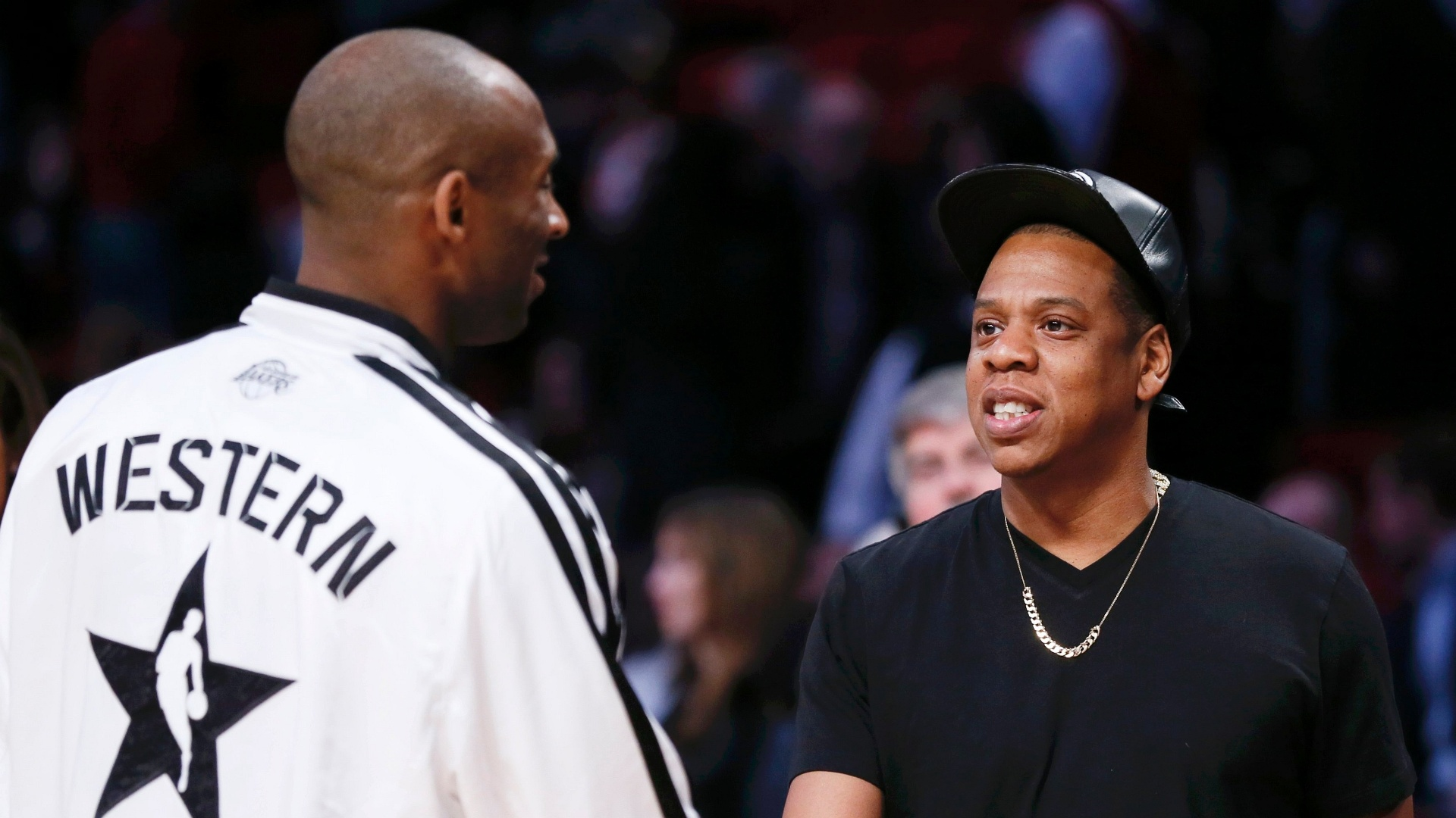 17.fev.2013 - O rapper Jay-Z conversa com Kobe Bryant antes do All-Star Game