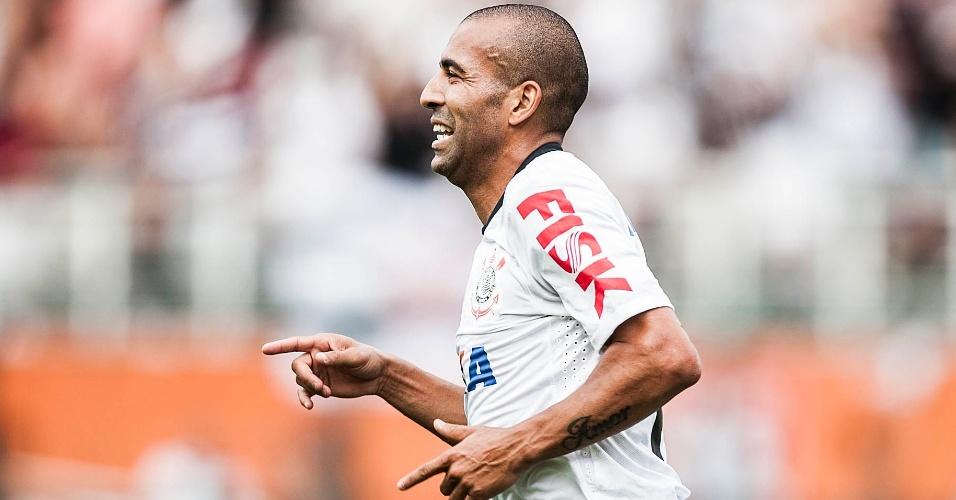 17.fev.2013- Emerson Sheik comemora após marcar gol contra o Palmeiras no Pacaembu, o primeiro do clássico