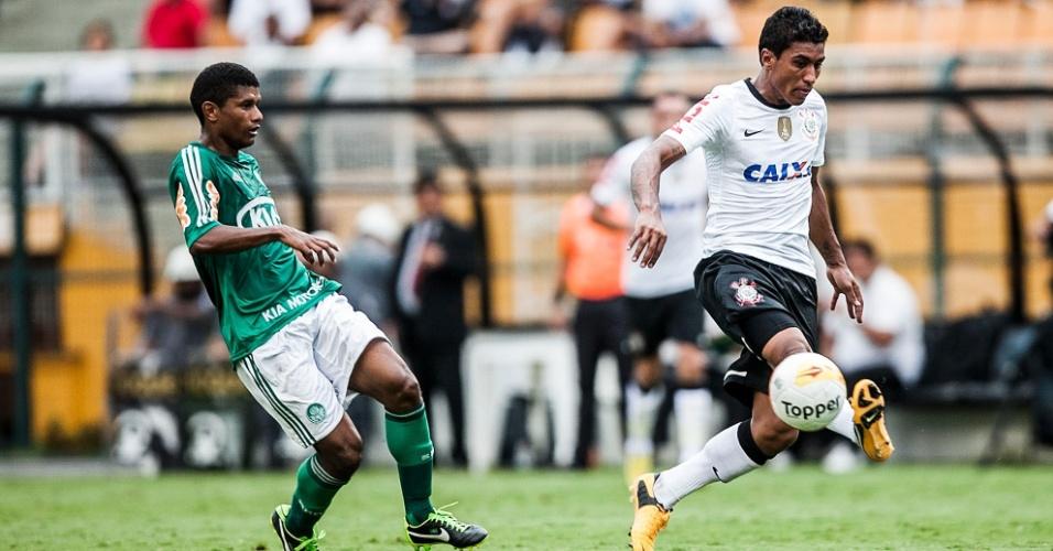 17.fev.2013- Paulinho tenta passe de lado durante clássico com o Palmeiras no Pacaembu
