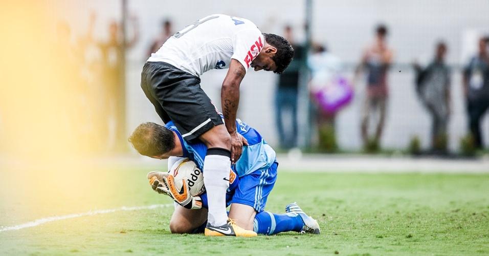 17.fev.2013- Paulinho tromba com Fernando Prass após tentativa de ataque do Corinthians no Pacaembu