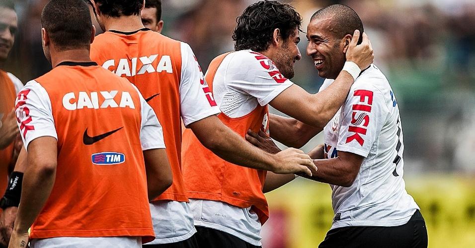 17.fev.2013- Sheik comemora com o reserva Alexandre Pato após o camisa 11 marcar no clássico com o Palmeiras no Pacaembu