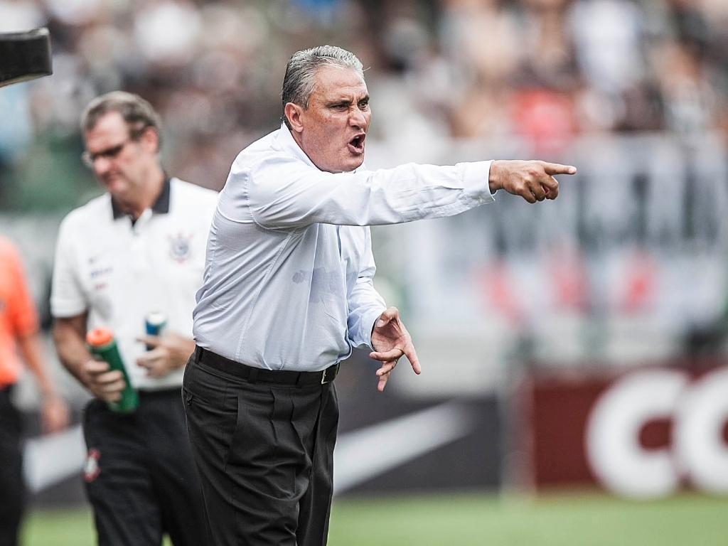 17.fev.2013- Tcnico Tite grita com jogadores do Corinthians no segundo tempo do jogo contra o Palmeiras no Pacaembu, quando o Corinthians perdia por 2 a 1