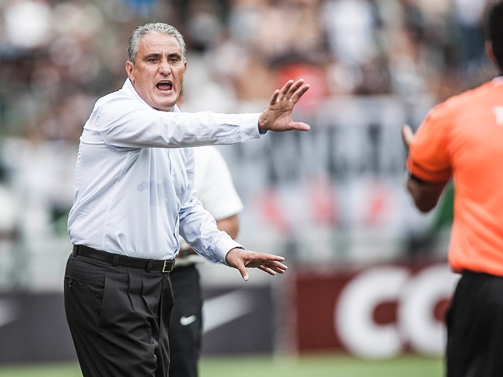 17.fev.2013- Tcnico Tite orienta jogadores do Corinthians durante clssico com o Palmeiras no Pacaembu